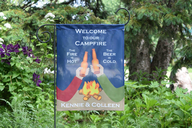 Personalizado Bandera de Hoguera, Camping Fiesta jardín o casa Bandera, el Fuego es Caliente, la Cerveza es fría, Hoguera Bandera.: Amazon.es: Jardín