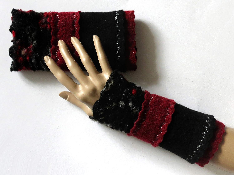 Armstulpen/Pulswärmer aus Walkwolle (Walk, Walkstoff) in Asphalt-Schwarz und Dunkelrot mit Rotblumen- und Weißblumen-Relief; Bort, Zierstiche
