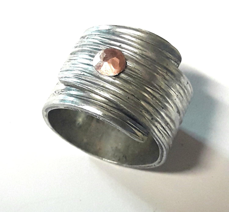 Con testo personalizzato, anello in alluminio a fascia, rivettato con rame e con finitura martellata di linee orizzontali