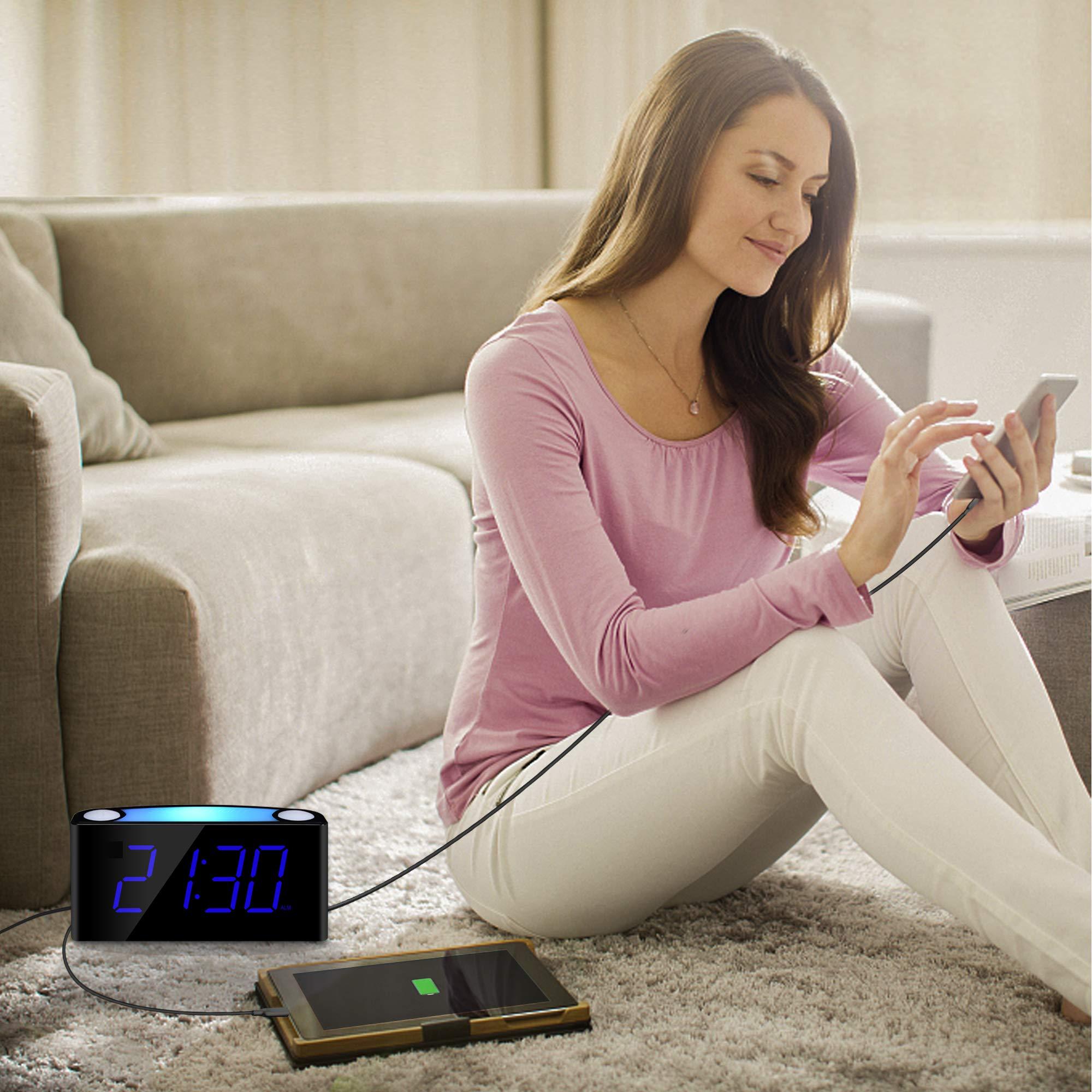 Mesqool Großer 7-Zoll-Display LED-Digitalwecker mit 7 farbigen Nachtlichtern, ohne Schnickschnack leicht zu handhaben, Vollbild Bildschirm Helligkeitsdimmer, 3 Weckerlautstärken, 2 USB-Anschlüsse, Schlummerfunktion, Batterien für Backup von