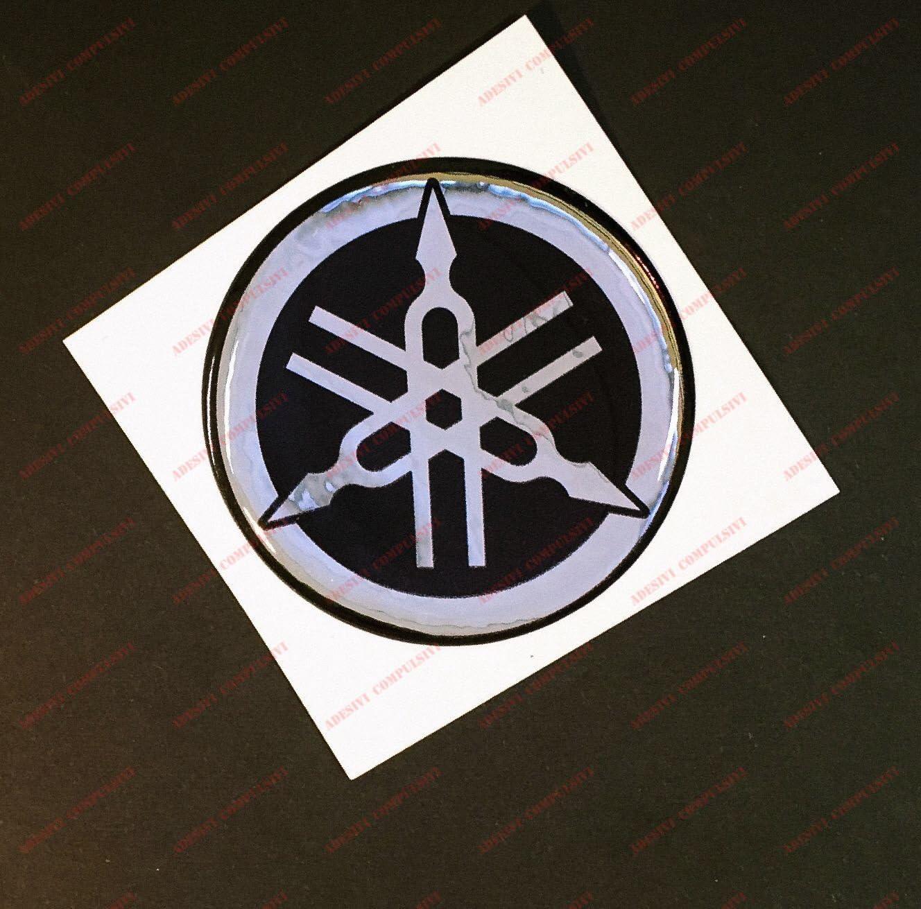 Colore: nero argento effetto 3D Stemma logo decal YAMAHA kit di 4 adesivi resinati Per SERBATOIO o CASCO