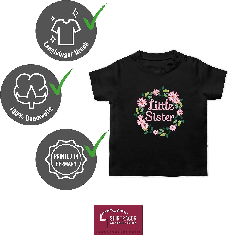 Baby T-Shirt Kurzarm Shirtracer Little Sister mit Blumenkranz Geschwisterliebe Baby
