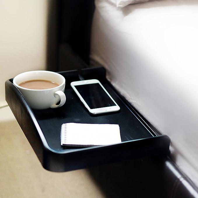 Bandeja, estilo mesa de noche, que se engancha, con posavasos integrado y ranura para cable de teléfono, con bordes elevados, ideal para estudiantes: ...