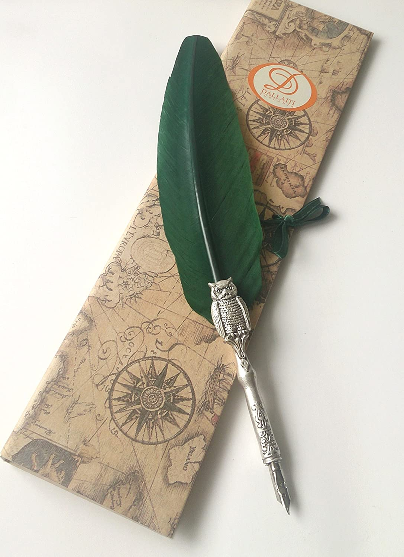 Penna Calligrafica con piuma d' oca in verde, il fusto è decorata con un gufo il fusto è decorata con un gufo Dallaiti