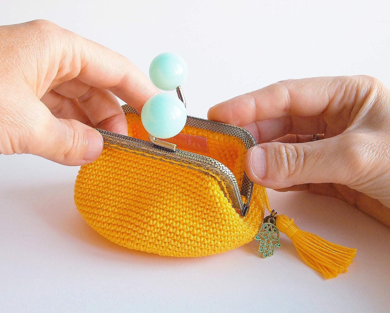 Monedero amarillo de ganchillo con cierre de bolas azules ...