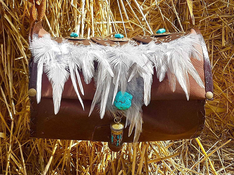 Bolso de cuero marrón con plumas, turquesas y abalorios de la India.