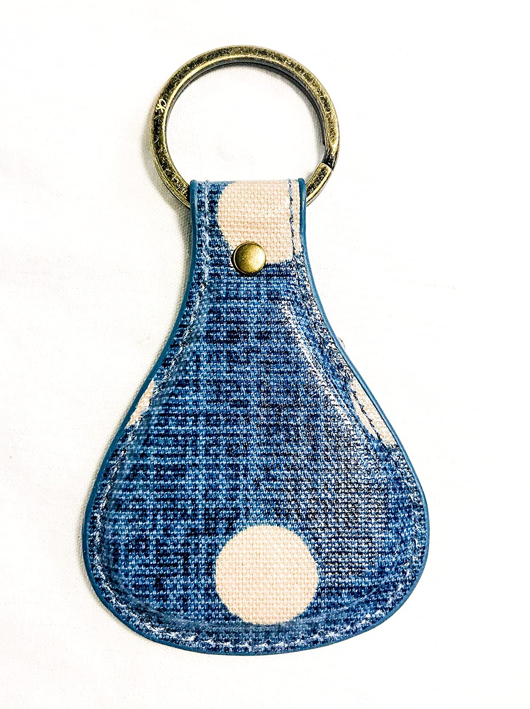 Llavero de tela vaquera, diseño de lunares con texto