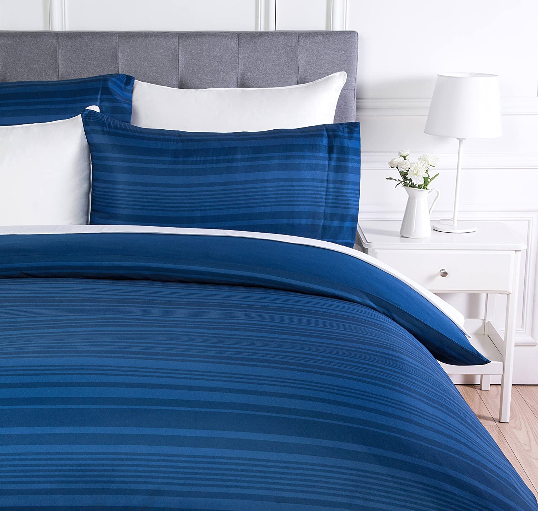 AmazonBasics - Juego de funda nórdica de microfibra ligera de microfibra, 260 x 220 cm, Azul real raya (Royal Blue Calvin Stripe)