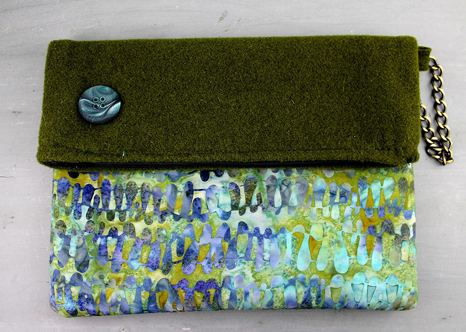 5bd973ec2b Clutch - Borsa a mano in Feltro verde muschio e batik cotone color mare:  Amazon.it: Handmade
