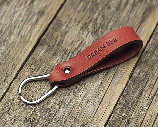 Rojo llavero de cuero, forma de gota. Frase grabada: DREAM ...
