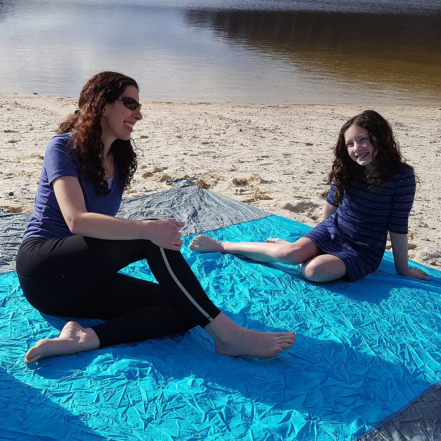 Anchor Loops /& Quality Stakes Valuables Storage Holds 7 Adults Best Sandproof Large Beach Blanket 5 Sand Pockets Quick Dry Durable 210T Nylon Huge 9 x 10 Oversized Beach Blanket