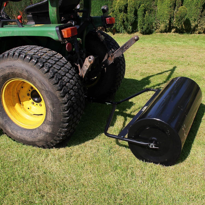 Gartenwalze hinter einem Traktor befestigt