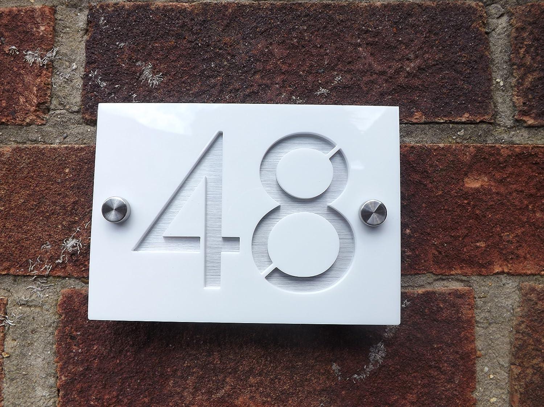 Amazon com door number plaque engraved gloss white aluminium effect modern house sign plaque garden outdoor