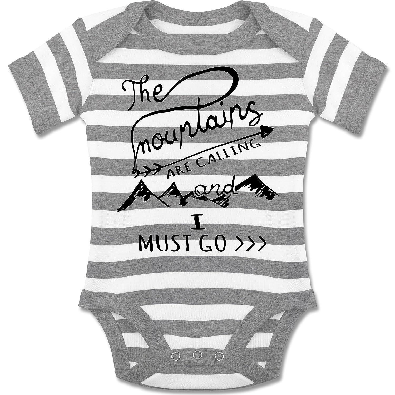 Up to Date Baby - The Mountains are calling - gestreifter kurzarm Baby-Strampler / Body für Jungen und Mädchen