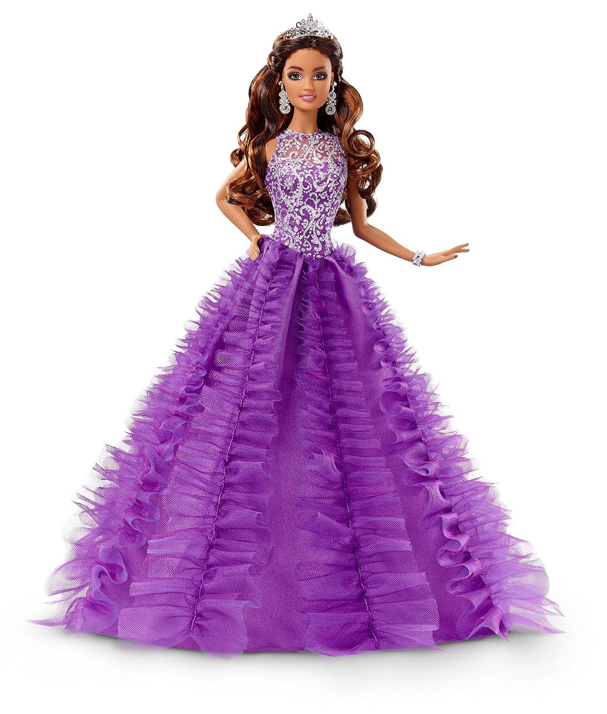 dbe6c6931 Muñeca Barbie de edición coleccionable de Quinceañera. Incluye un vestido  amplio en color púrpura y anillos y corona de brillantes a juego.