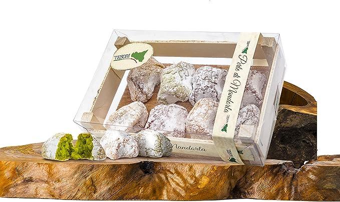 Perlas de almendra biológico en caja de madera en una ...