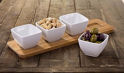 4 piezas porcelana blanca cuencos para aperitivos sobre bandeja de madera
