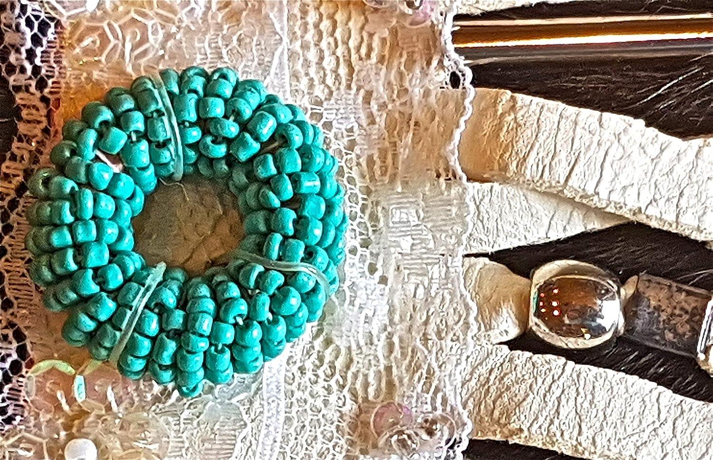 3880db5ae945 Pulsera de napa de color hueso, abalorios turquesa y de metal.s ...