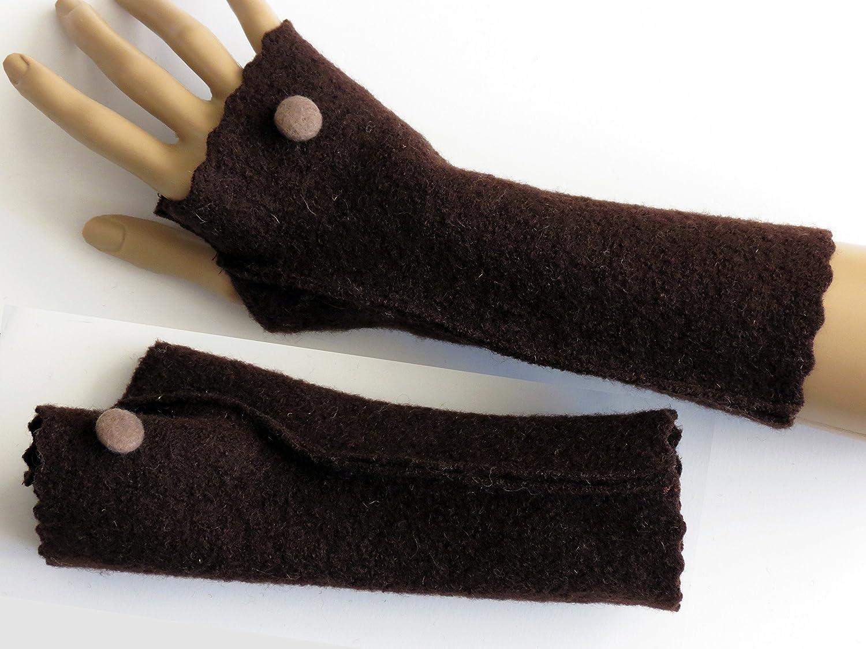 Armstulpen / Pulswärmer mit Daumen aus Walkwolle (Walk, Walkstoff) in dunklem Schoko-Braun; Knopf