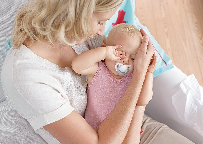 おしゃぶりをくわえる赤ちゃんとママ
