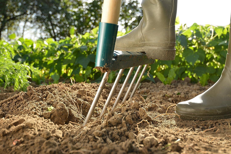 Grelinette fiskars leborgne plantée dans le sol