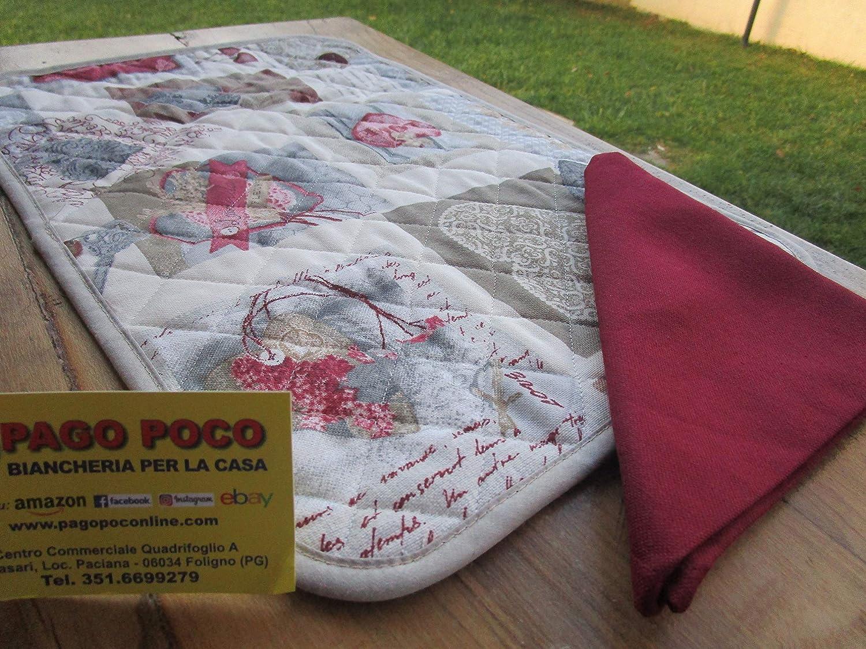 Novita motif c/œurs couleur rouge fabriqu/é en Italie. Set de table matelass/é avec 1 serviette