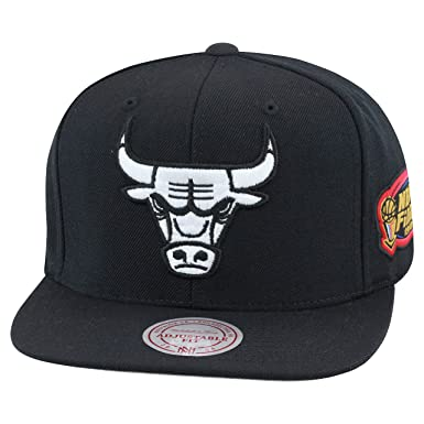 3f8b733811e Amazon.com  Mitchell   Ness Chicago Bulls Snapback Hat All Black ...