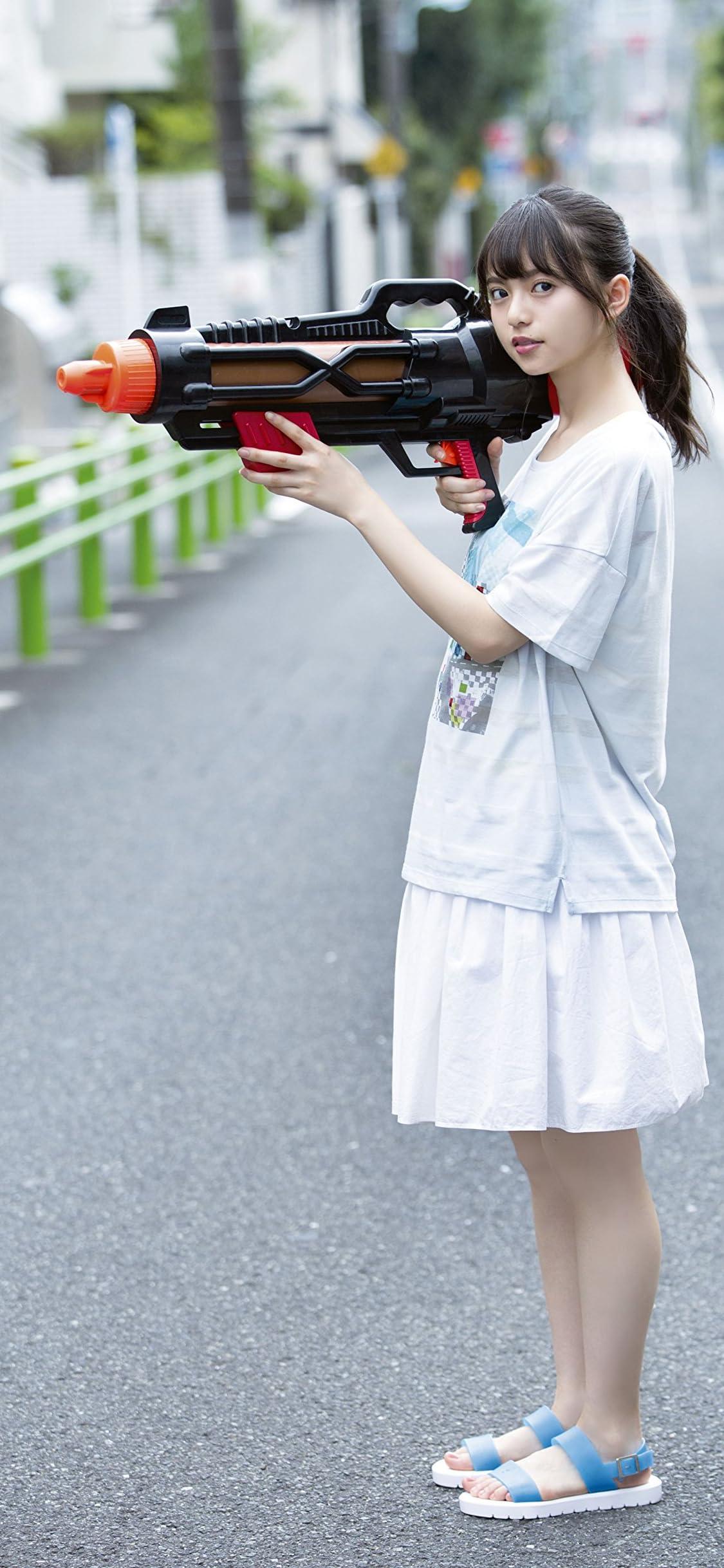乃木坂46 齋藤飛鳥 路上で大きな水鉄砲を構える iPhone X 壁紙(1125x2436) 画像72749 スマポ