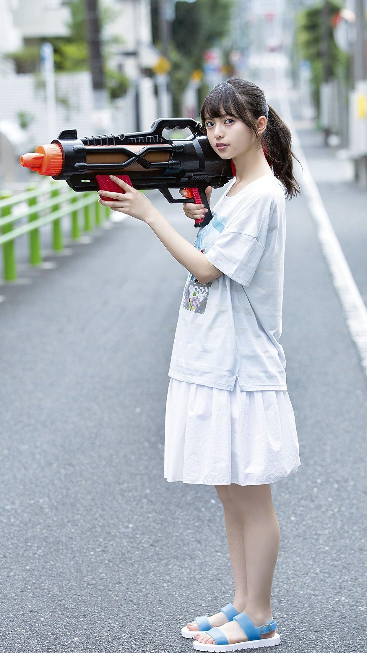 乃木坂46 齋藤飛鳥 路上で大きな水鉄砲を構える iPhone8,7,6 Plus 壁紙(1242×2208) 画像74093 スマポ