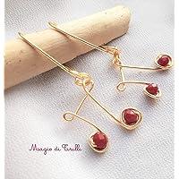 Magie di Trilli: Note musicali: orecchini artigianali in filo dorato con cristalli rossi, realizzati con tecnica wire Idea regalo Capodanno San Valentino