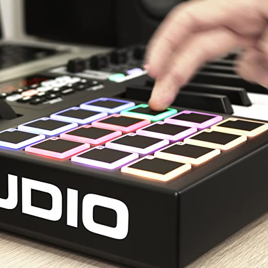 M-Audio Code 25 - Controlador teclado MIDI USB con 25 teclas, 16 pads de disparo, controles para la producción, VIP 3 y paquete de software incluido, ...