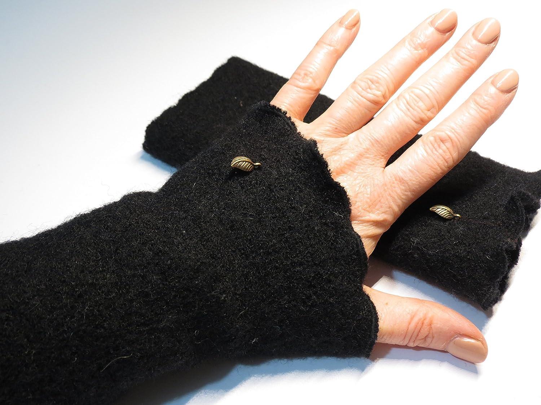 Armstulpen / Pulswärmer aus schwarzer Walkwolle (Walk, Walkstoff); Charm (kupferfarbenes Blätterchen)