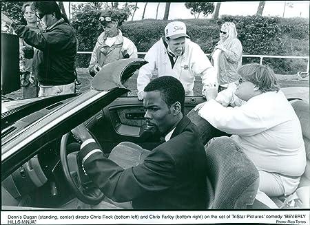 Vintage foto de Dennis Dugan (de pie, centro) Dirige Chris ...