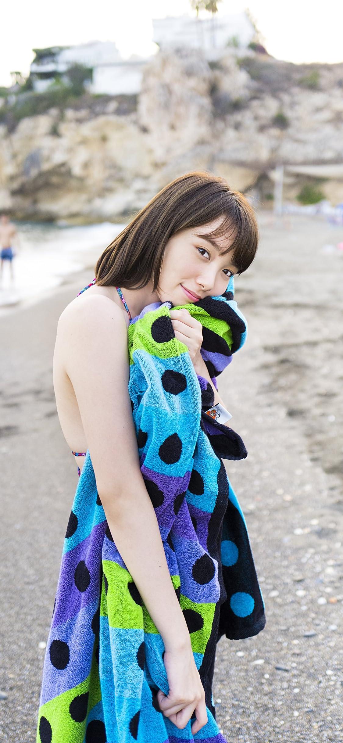 飯豊まりえ 浜辺で水着とタオル iPhone X 壁紙(1125x2436)画像