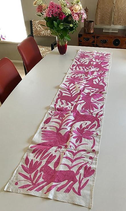 Rosa Otomi, camino de mesa bordado a mano por el Otomi de México.