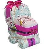 Tarta hecha con pañales. Diseño de cochecito de bebé rosa.