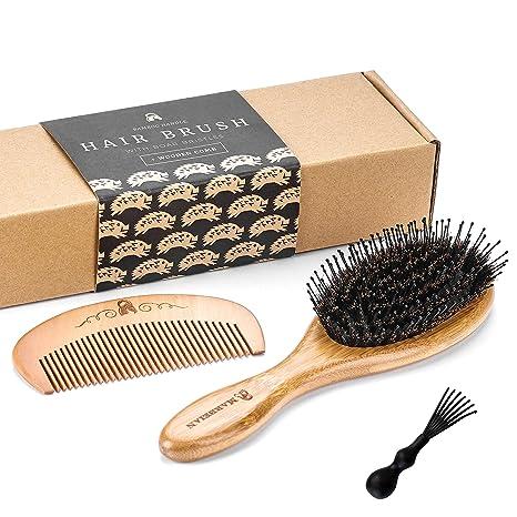 Cepillo para el pelo de bambú y cerdas de jabalí con alfileres para desenredar. Genial para desenredar el cabello. Los alfileres dirigen el pelo a las cerdas de jabalí, que vuelven el pelo brillante y sedoso. El cepillo viene en una caja ecológica.