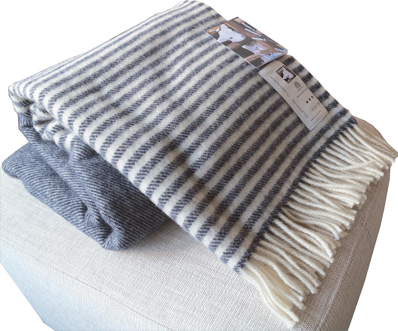 Dunkelblaue Wolldecke mit cremefarbenen Streifen aus 100 ...