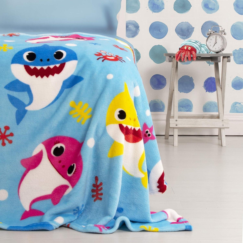 Manta de forro polar oficial Baby Shark, diseño azul supersuave, con la familia completa de tiburón perfecta para cualquier dormitorio, BSHUWRFL001UK