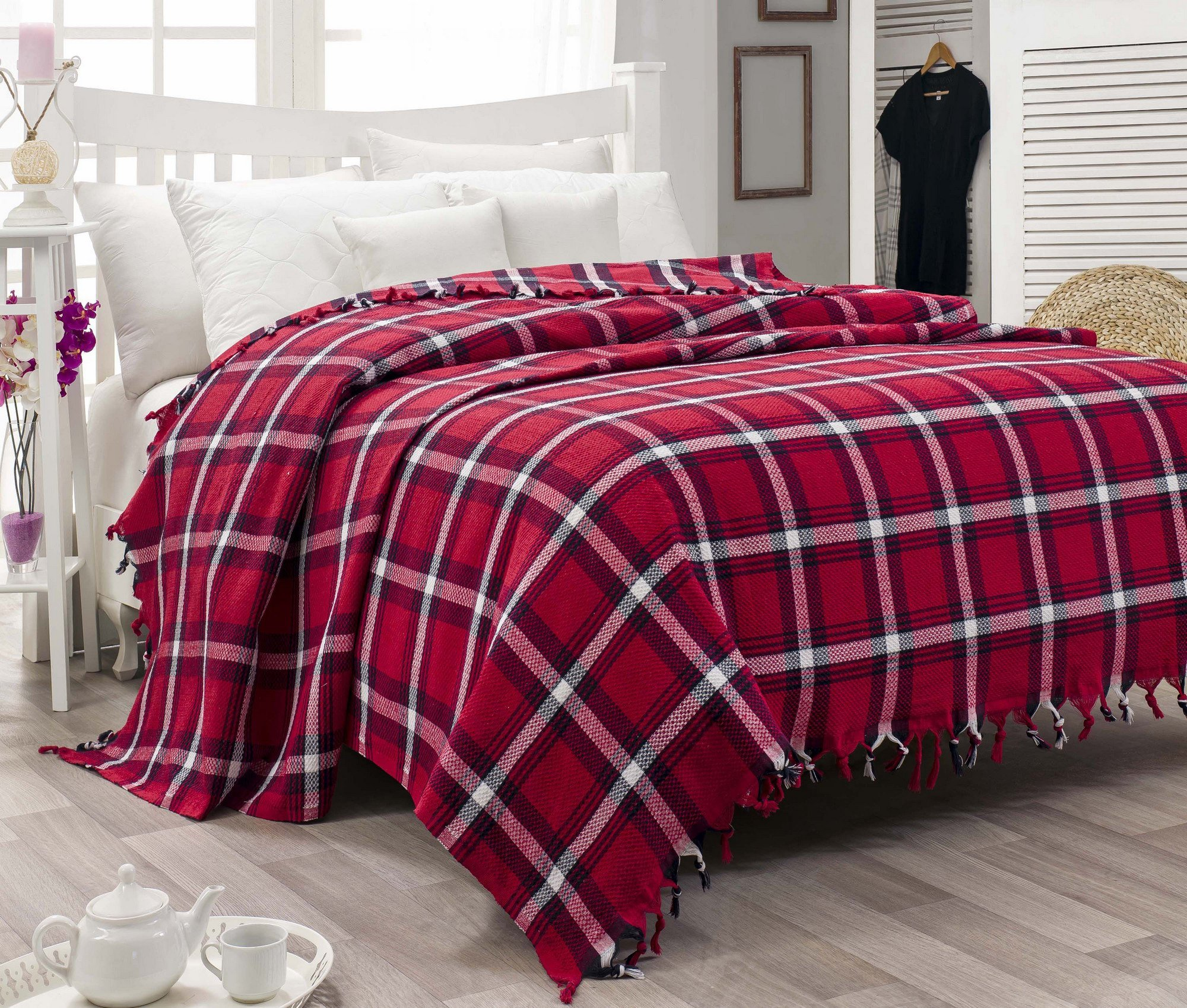 LaModaHome Shapes Coverlet, 100% Cotton - Geometrical Striped, Tasseled, Red and White - Size (78.7'' x 94.5'') for Double Bed
