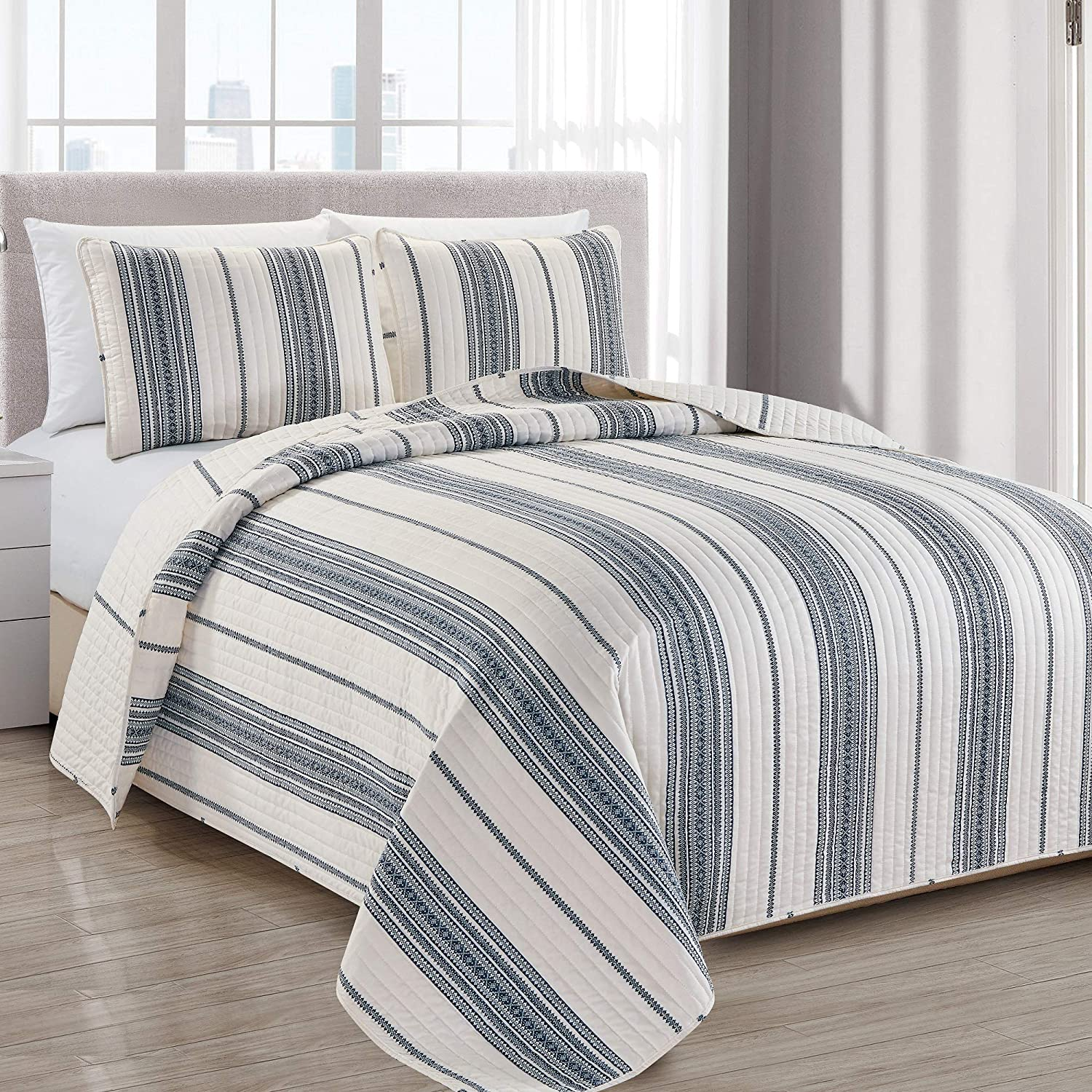 Great Bay Home Modern Bedspread Twin Size Quilt with 1 Sham. Modern 2-Piece Reversible All Season Quilt Set. Navy and White Quilt Coverlet Bed Set. Wesley Collection.
