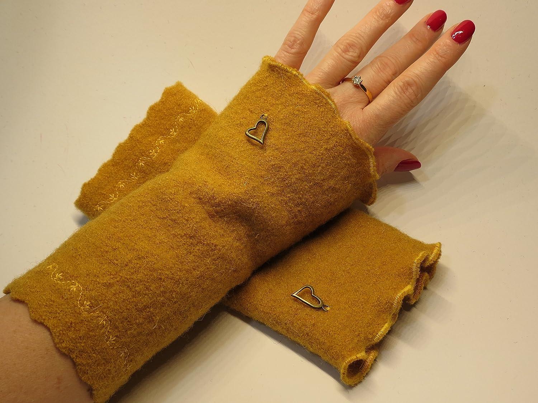 Armstulpen / Pulswärmer aus Walkwolle (Walk, Walkstoff) in Ocker- / Currygelb; Charm (goldfarbenes Designer-Herzchen), Zierstich