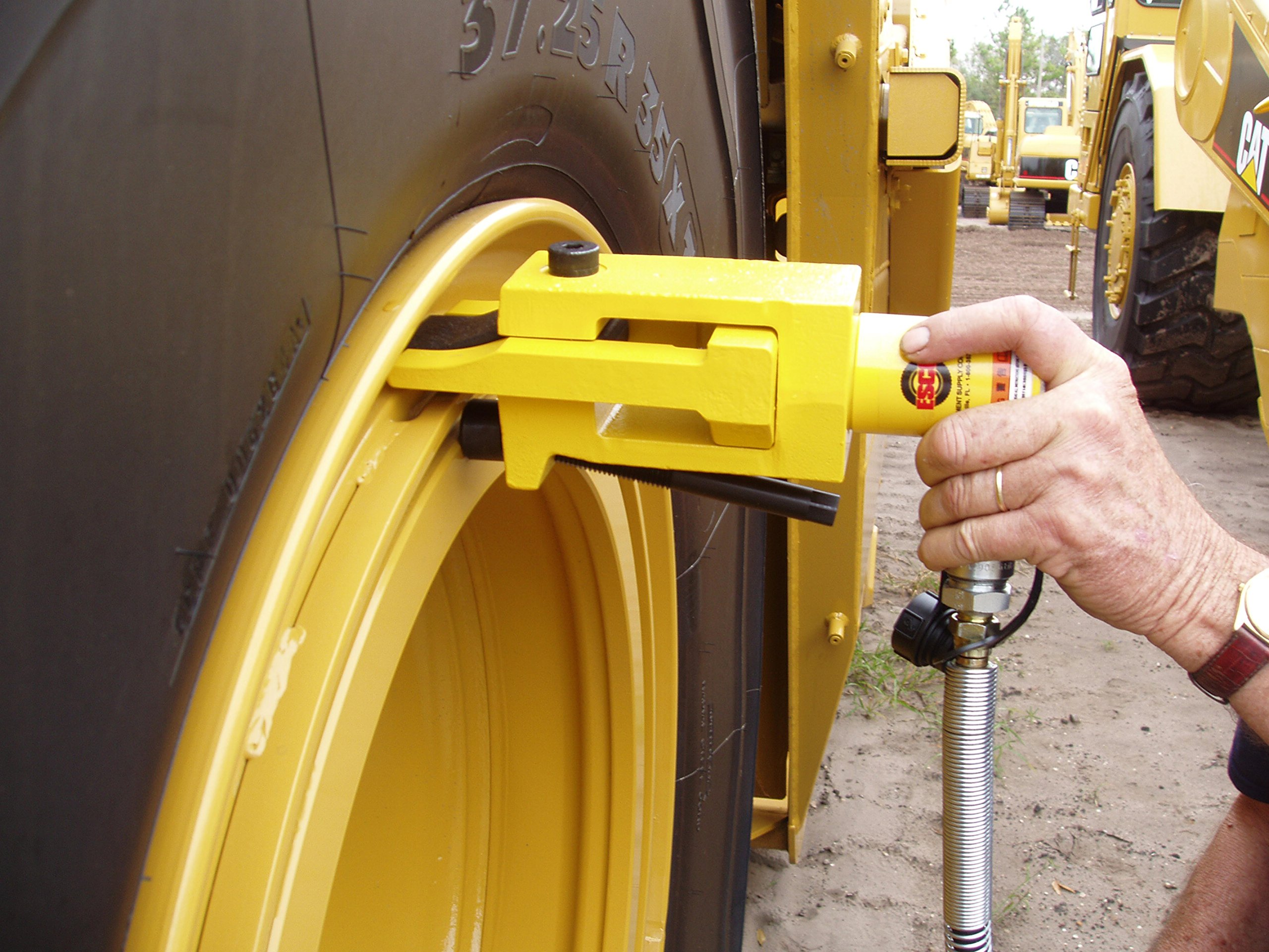 ESCO 10105 Giant Tire Bead Breaker Head, Use on 5 Piece Rims 25'' and 29'' Earthmover Tire/Wheel with Pry Bar/Bead Loosening Pocket
