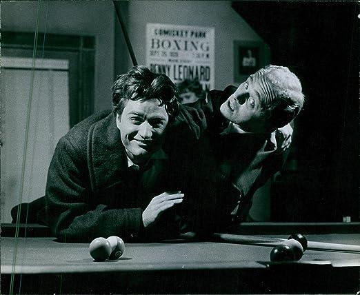 Vintage photo de 1960two Hombres pausa en su juego de billar a ...