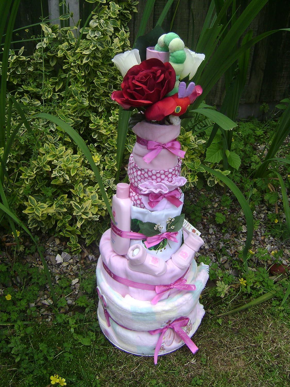 Baby Girl Raupe Nimmersatt 5 Etagen Windeltorte auf einem Bett aus mit Blumen und wunderschönen Dekoblättern und