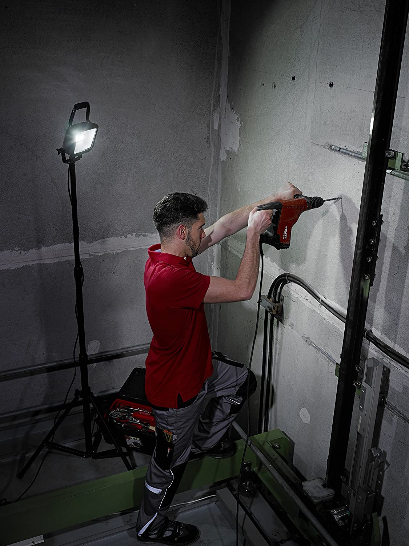 LED Strahler f/ür au/ßen und innen Brennenstuhl Stativ SMD-LED-Leuchte schwarz Au/ßenstrahler IP54, LED Fluter mit 28 super hellen SMD-LEDs Farbe