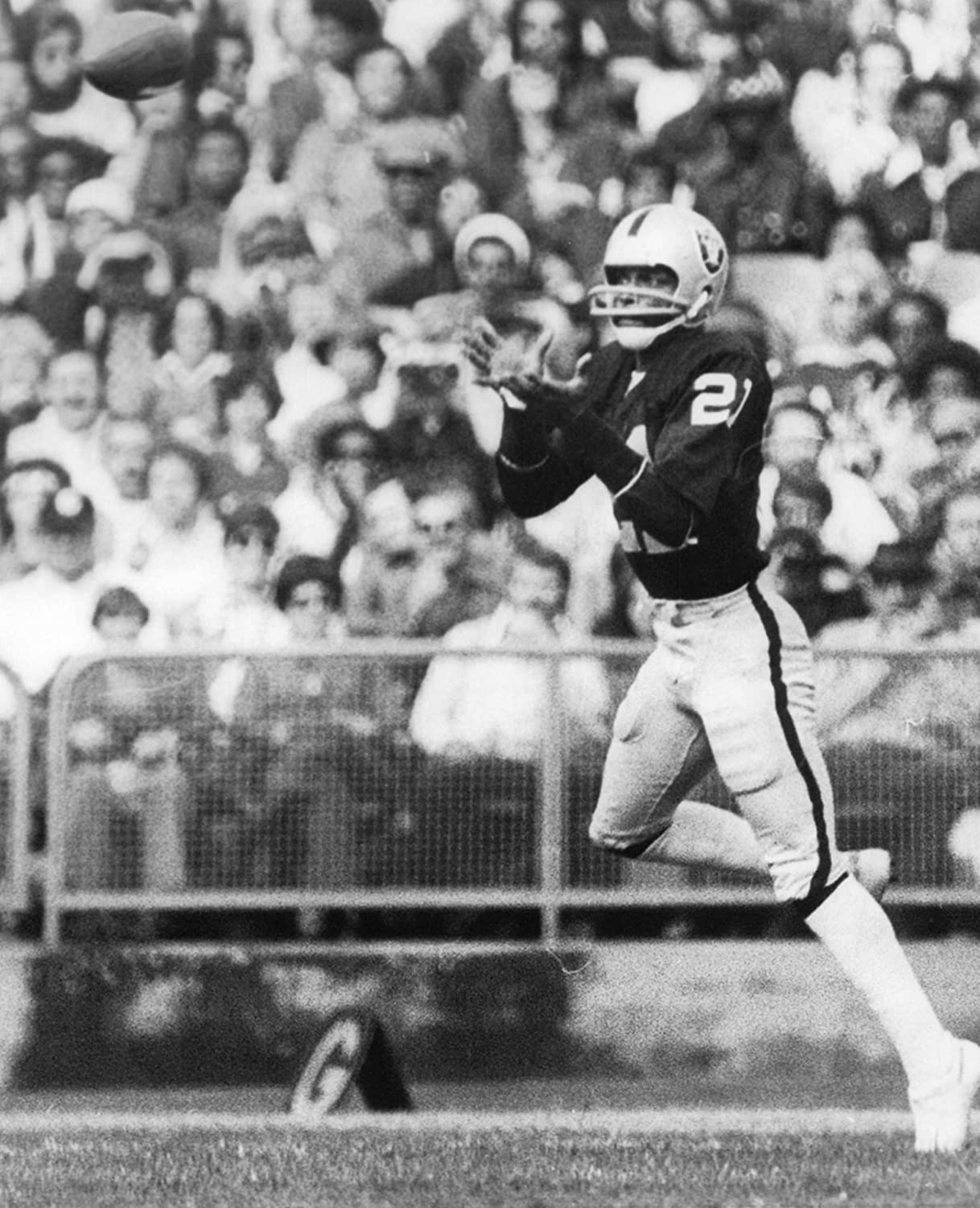 CLIFF BRANCH OAKLAND RAIDERS 8X10 HIGH GLOSSY SPORTS ACTION PHOTO M