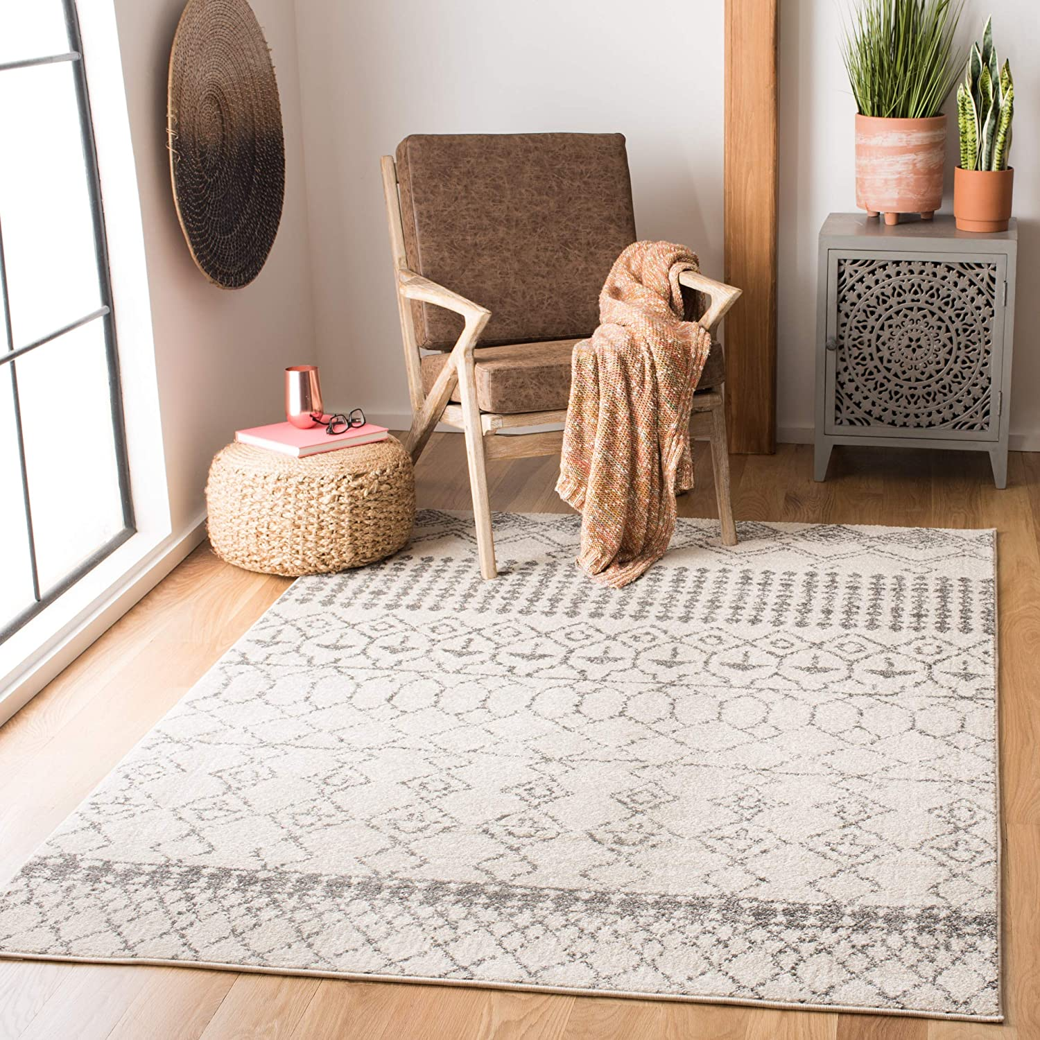 Amazon Com Safavieh Tulum Collection Tul229a Moroccan Boho Distressed Non Shedding Stain Resistant Living Room Bedroom Area Rug 4 X 6 Ivory Grey Furniture Decor