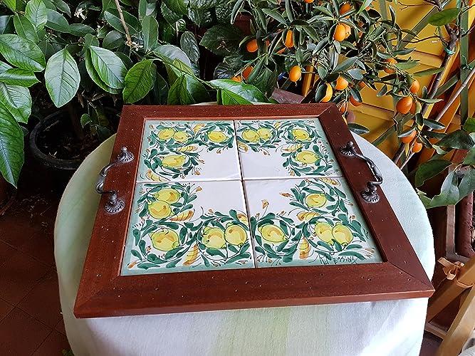 Vassoio in legno con mattonelle in ceramica. servizi da tavola