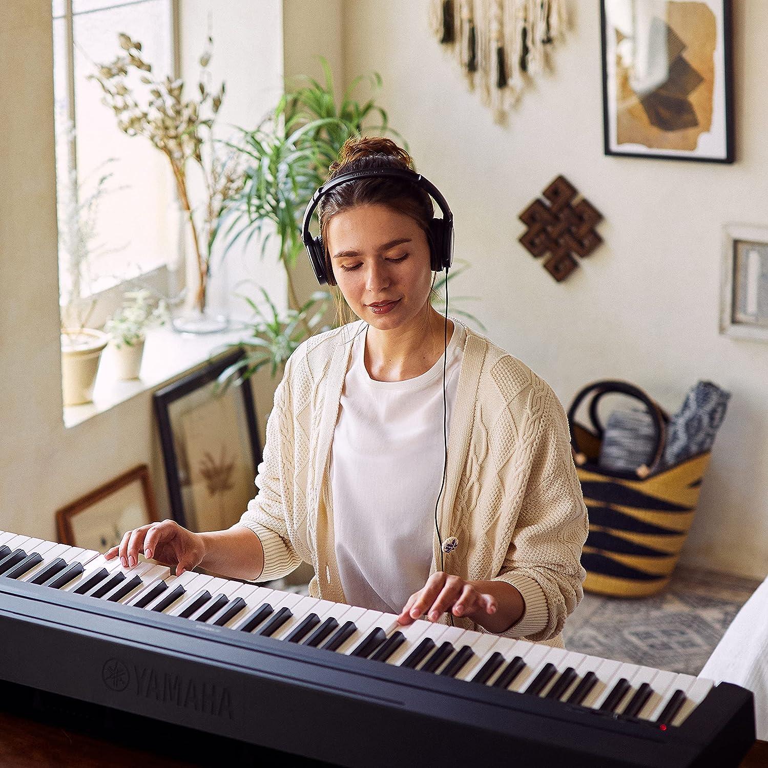 Yamaha P-45 - Piano digital ligero y portátil para aficionados y principiantes, color negro